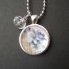 Halsband med blå blommor, 200 kr
