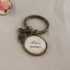 """Nyckelring med text """"älskad mormor"""", med valfritt hänge. 90 kr"""
