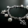 Armband av kejda med vita pärlor