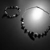 Halsband och armband i svart och metall